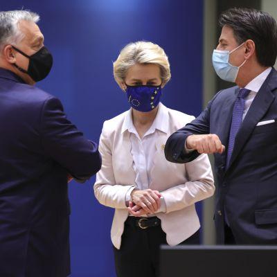 Ungerns premiärminister Orban och Italiens premiärminister Conte gör en i coronatider populär armbågshälsningar. I mitten står kommissionens ordförande Ursula von der Leyen.