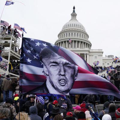 Trumpin tukijoita kongressitalolla 6. tammikuuta.