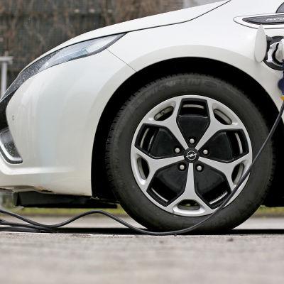 En elbil av märket Opel laddas.