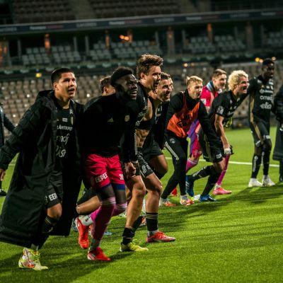 SJK-spelare tackar fansen på rad.