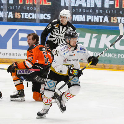 Robert Leino ropar bakom Nicklas Lasu i match mellan Kärpät och HPK.