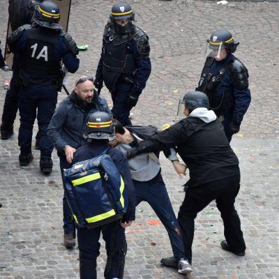 En man som misstänks vara Alexandre Benalla är våldsam på första maj.