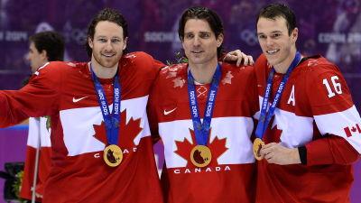 Duncan Keith, Patrick Sharp och Jonathan Toews visar upp sina guldmedaljer.