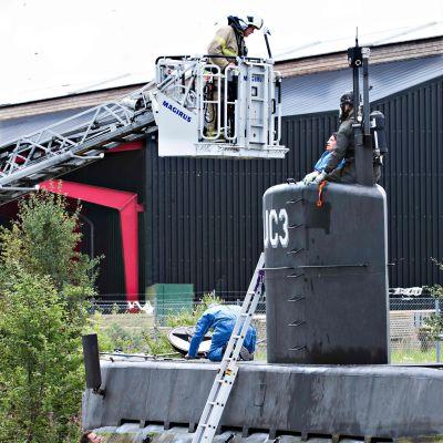 Polisens tekniker undersöker ubåten UC3 Nautilus i hamnen i Köpenhamn.