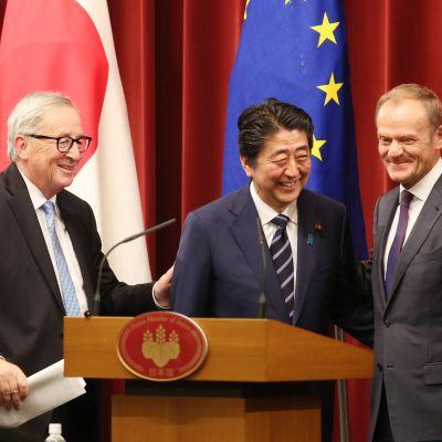 EU:s och Japans ledare omfamnar varandra efter undertecknandet av ett frihandelsavtal mellan Japan och unionen i Tokyo.