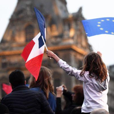 Tusentals fransmän firade Macrons seger i presidentvalet.