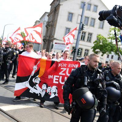 Högerextrema NPD demonstrerar i Dresden. Mannen som misstänks för politikermordet var tidigare aktiv i partiet.