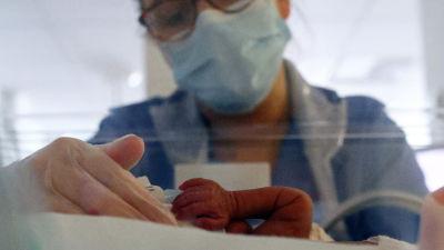 Barn födda före den 28 graviditetsveckan räknas som extremt tidigt födda. Den här prematuren vårdades vid ett sjukhus i Lancashire i mitten av maj i år.