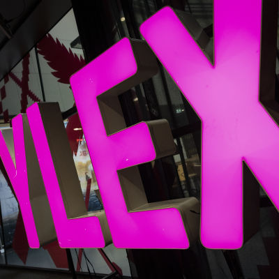 YleX -logo studiossa.