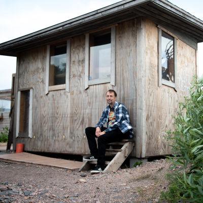 Tuomas Tanner saunan edessä.