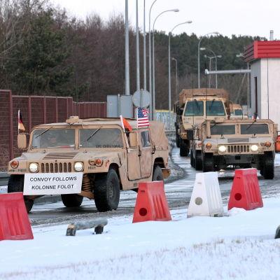 Amerikanska trupper anländer till gränsövergången Olszyna, västra Polen 12.1.2017