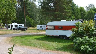 En parkeringsplats med flera husvagnar.