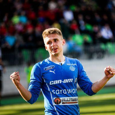 RoPS-anfallaren Aleksandr Kokko firar mål.