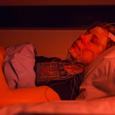 Monique Horstmann, projektikoordinaattori, Sleep and Mind -tutkimus, Helsingin yliopistosta nukkuu unitutkimus huoneessa