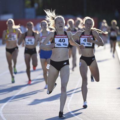 Viola Westling tar hem ett 800-meterslopp.