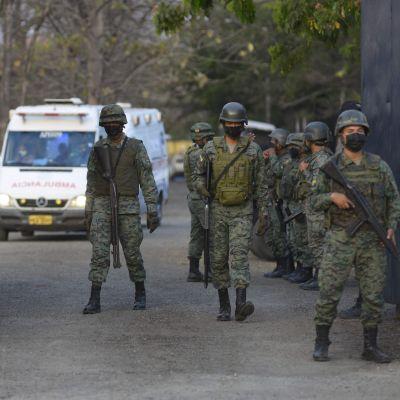 Soldater och ambulanser utanför fängelset i Guayaquil, Ecuador, där minst 118 fångar dödades i upploppet.