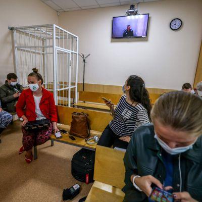 Aleksei Navalnyin TV:n näytöllä oikeussalissa.