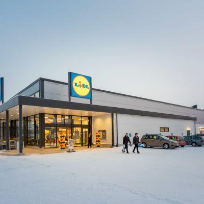 Lidl Kokkola-Intiaanikylän yksikerroksinen myymälä talvimaisemassa.