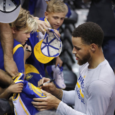 Stephen Curry signerar autografer.