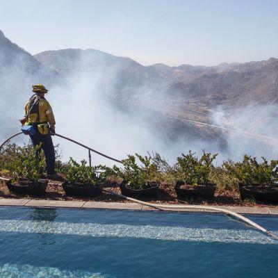 Brandman vid en pool i West Hills i Kalifornien.