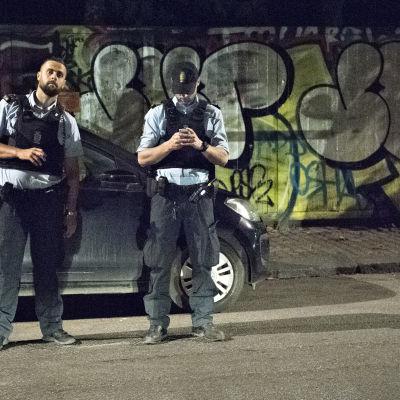 Två danska poliser undersöker scenen för skottdramat i Christiania på morgonnatten den 1 september 2016.