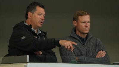 Minnesotas general manager Bill Guerin och Mikko Koivu följer spelare under träningslägret.
