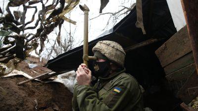 En ukrainsk soldat i staden Marinka den 12 april 2021.