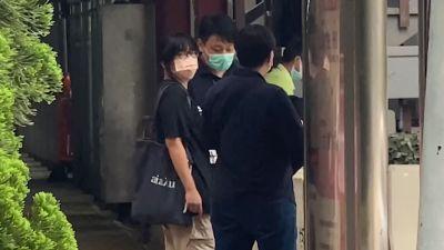 Chow Hang Tung (till vänster) fördes bort av poliser, efter att hon gripits på sin arbetsplats på fredag morgon.