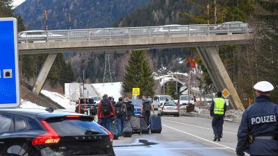 Flera österrikiska förbundsländer som Tyrolen har redan infört stränga inresebegränsningar och lämnar bland annat skidorter som stängs.