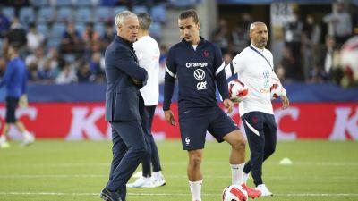 Didier Deschamps talar med Antoine Griezmann.