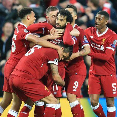 Liverpool-spelarna omger Mohamed Salah efter ett mål.