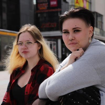 Noelle Hyvönen, 17, ja Marjut Toopakka, 20, ovat tulleet keskustaan tapaamaan toisiaan ensi kertaa