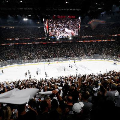 Ett fullsatt T-Mobile Arena kollar på hockeymatch.