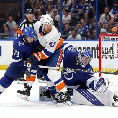 Leo Komarov försöker nå pucken framför Lightnings mål.