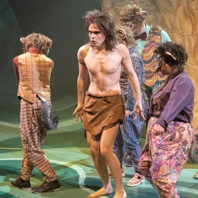 Teatteri Imatran Viidakkokirja-musikaalissa Mowglin roolissa näyttelijä Antti Laine.