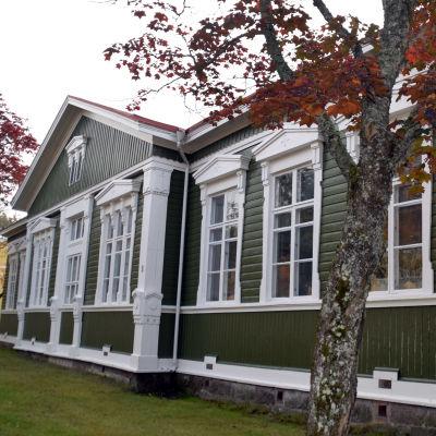 Gammalt grönt hus i Ekenäs där dagverksamheten finns.