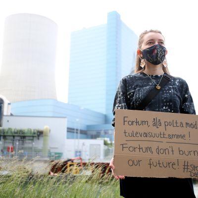 Kvinna demonstrerar mot Fortumägda energijätten Unipers planer att starta kolkraftverket Datteln 4 i Tyskland.