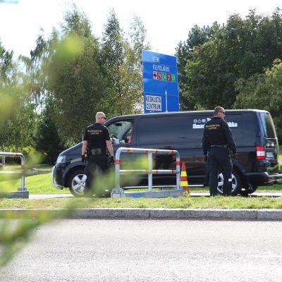 Rajavartijat jututtamassa Torniossa rajan yli pyrkiviä autoilijoita.