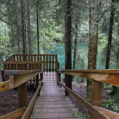 Kiikunlähteen näköalatasanteelle johtavat portaat, lähde näkyy kauempana taustalla kauniin turkoosina.