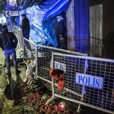 Människor står utanför nattklubben där 39 människor sköts ihjäl på nyårsnatten.
