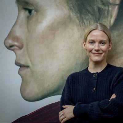 Laura Birn framför Helene-filmaffischen.