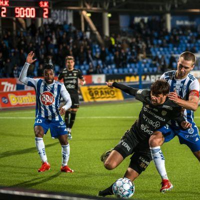 HJK:n Miro Tenho kaksinkamppailussa SJK:n Joonas Lepistön kanssa.