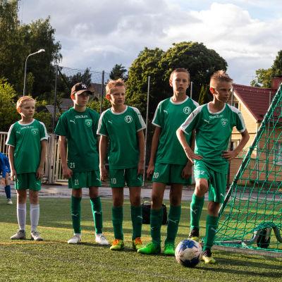 Fotbollsträning på konstgräs.