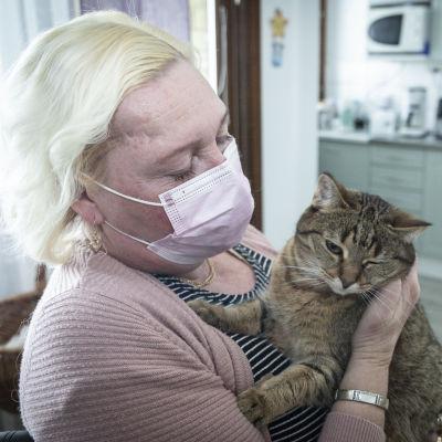 Tarja Kalasniemi pitää kissaa sylissään.