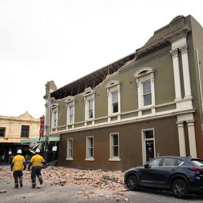 Fasaden på en byggnad som rasat i en jordbävning i Australien.