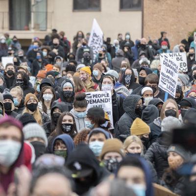 Hundratals människor protesterar i Brooklyn Center efter att en polis skjutit en svart man av misstag.