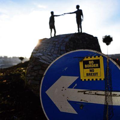 """Den nordirländska skulptören Maurice Harrons skulptur """"Hands across the Divide"""" i Londonderry, Nordirland."""