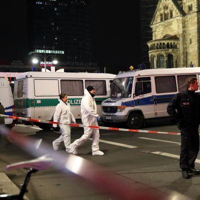 Lastbil körde in i folkmassa i Berlin den 19 december 2016. Minst 12 personer dog.
