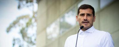 Casillas talar med journalister utanför sjukhuset