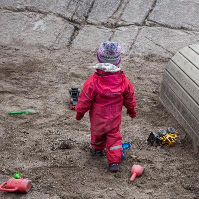 Barn på lekplats